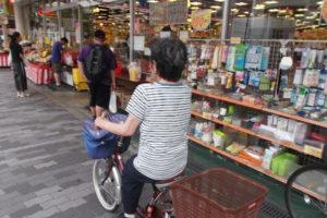 自転車で買い物(グループホーム菅原)